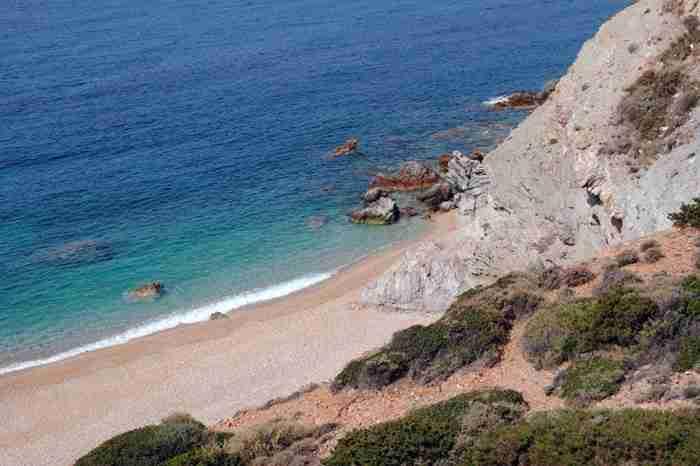 Η παραλία με τα 99 σκαλοπάτια στο Σούνιο που σε ταξιδεύει σε Ελληνικό νησί