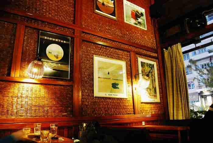 Το πιο παλιό μπαρ της Αθήνας στέκει στο ίδιο σημείο από το 1957. Μέχρι και ο Σινάτρα έχει καθίσει για ποτό