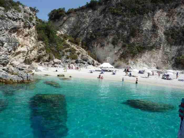 Βουτιά στο όνειρο! Η ελληνική παραλία όπου προσκυνούν ακόμη και οι θεοί!