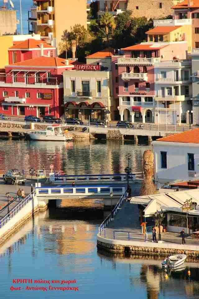 Η Βενετία της Κρήτης: Κάτασπρα σπίτια και σκαλοπάτια παντού με φόντο τη θάλασσα