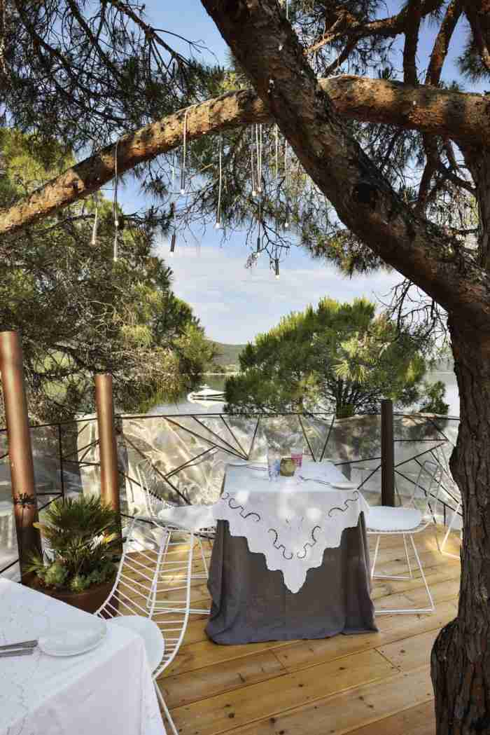 Το μοναδικό εστιατόριο στην Ελλάδα που μπορείς να φας πάνω σε ένα δεντρόσπιτο