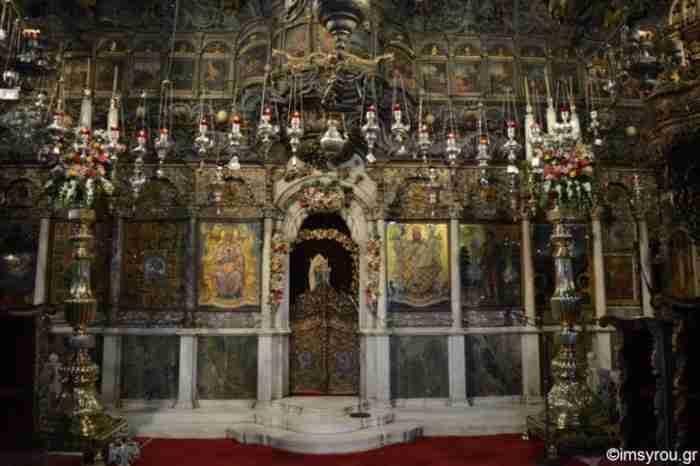 Σκαρφαλωμένος στο λόφο στην Τήνο στέκεται επιβλητικός ο Ναός της Μεγαλόχαρης. Η ιστορία της εικόνας