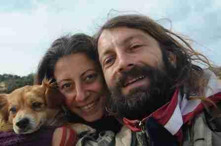 Ένα ζευγάρι που το λένε ευτυχία. Οι δυο ερωτευμένοι που «μετανάστευσαν» στη Γαύδο και βρήκαν το νόημα της ζωής