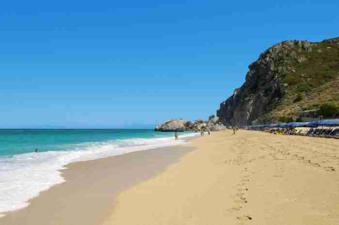 Η μαγευτική ελληνική παραλία όπου.. κάθεται ο ήλιος! Φωτογραφίες που μοιάζουν με καρτ ποστάλ!