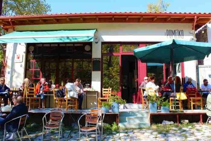 Το ζευγάρι που άφησε την πόλη και έφτιαξε ένα μοντέρνο καφενείο στο Λιτόχωρο
