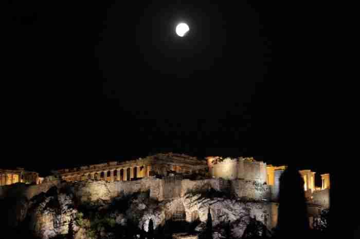 16 φωτογραφίες από τη μαγική αυγουστιάτικη πανσέληνο και τη μερική έκλειψη Σελήνης