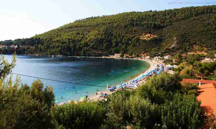 Η παραλία όπου τα δέντρα ακουμπούν στη θάλασσα. Βρίσκεται σε έναν όρμο που κατά τους αρχαίους χρόνους υπήρχε οχυρωμένη Ακρόπολη