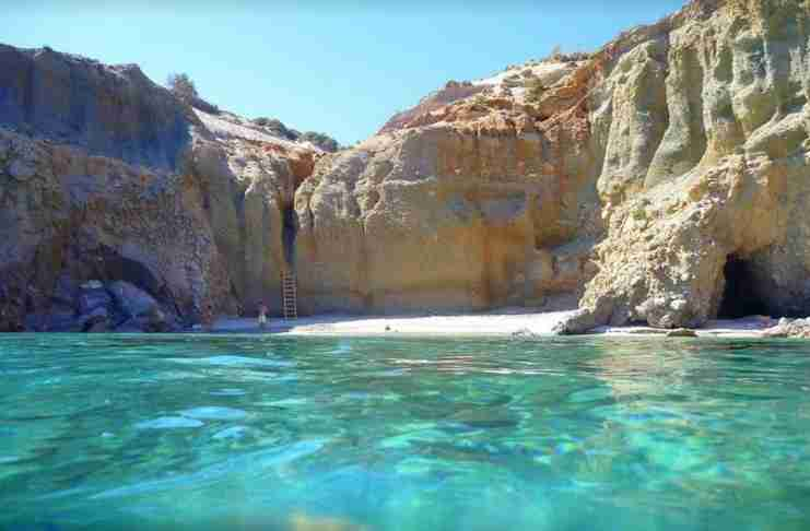 Η μοναδική παραλία στην Ελλάδα που πας εξ ολοκλήρου με δική σου ευθύνη. Υπάρχει και σχετική προειδοποιητική πινακίδα!