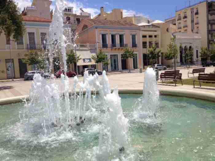 "H πιο ευτυχισμένη πόλη στην Ελλάδα: ""Χορεύει"", έχει θάλασσα στα πόδια της και ωραία καφέ"