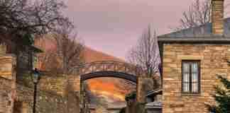 Μέχρι το 1970 ήταν ένα Ελληνικό χωριό φάντασμα. Σήμερα θεωρείται ένα από τα ωραιότερα της Ευρώπης