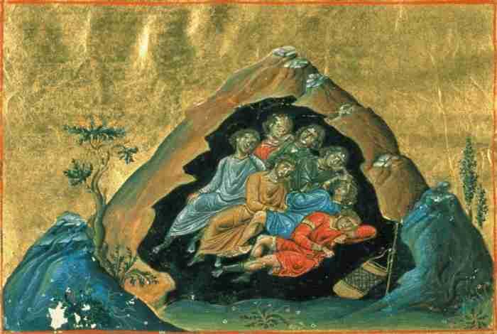 Το μικρό εκκλησάκι που βρίσκεται καλά κρυμμένο σε μια απόκρημνη σπηλιά της Σαντορίνης