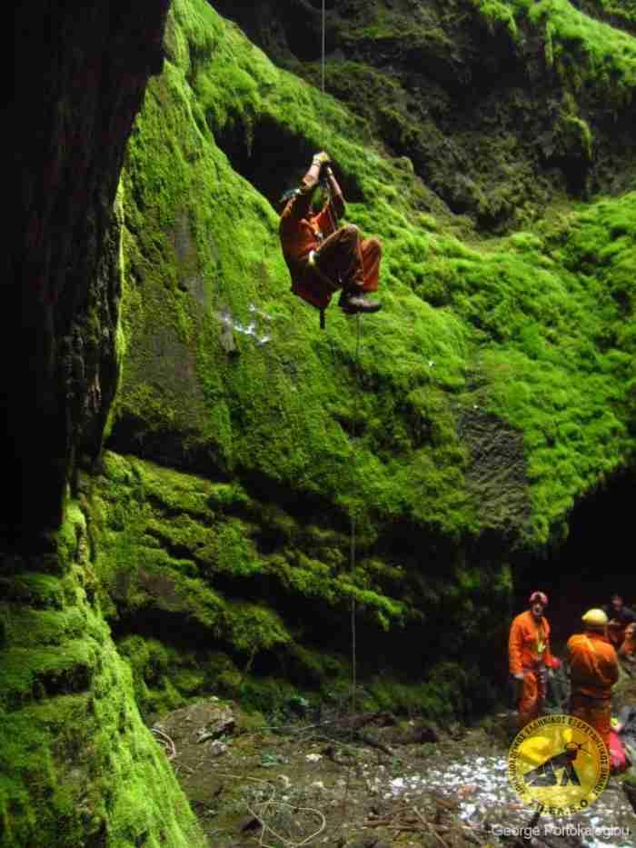Το άγνωστο σπήλαιο στον Παρνασσό όπου βρίσκεται ο νοτιότερος παγετώνας της Ευρώπης