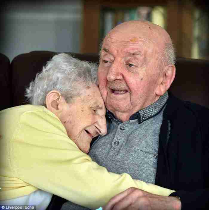 98χρονη μπήκε σε οίκο ευγηρίας για να φροντίζει τον 80χρονο γιο της