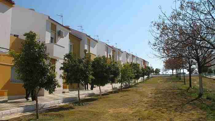 Υπάρχει μια πόλη χωρίς αστυνομία, με 0% ανεργία, 1200 ευρώ μισθό και σπίτια με 15 ευρώ τον μήνα