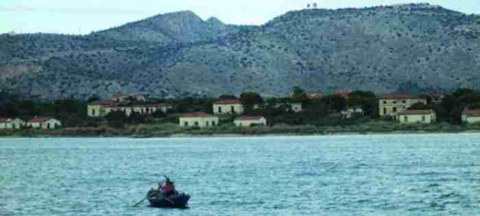 Το «νησί των τρελών»: Η βαριά ιστορία της μυστηριώδους νησίδας-φαντάσματος, μεταξύ Περάματος και Σαλαμίνας