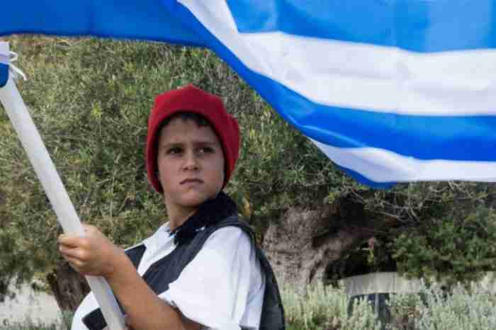 Μαθητής παρέλασε μόνος του στους Αρκιούς κρατώντας την ελληνική σημαία