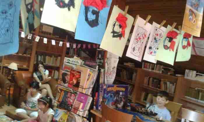 Στο πατάρι ενός μικρού χωριού της Λάρισας υπάρχει μια μαγική, βραβευμένη βιβλιοθήκη