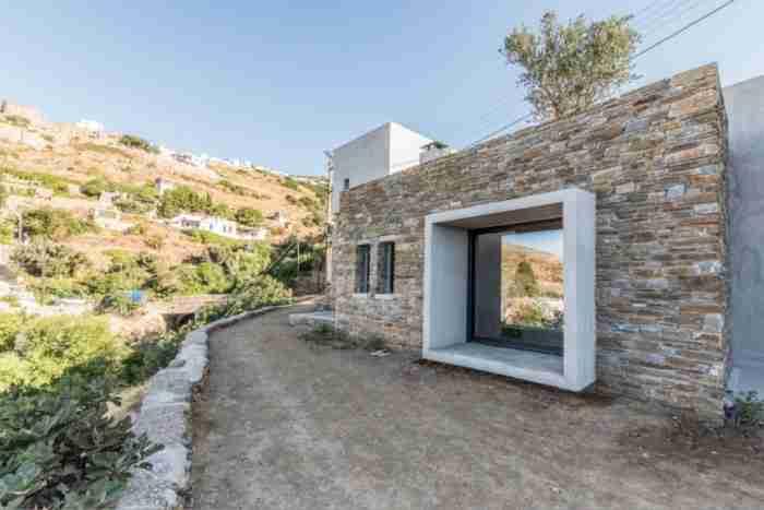 Πως μια παλιά αποθήκη στην Τήνο μεταμορφώθηκε σε απίθανο σπίτι με μοναδική δομή και θέα στο Αιγαίο