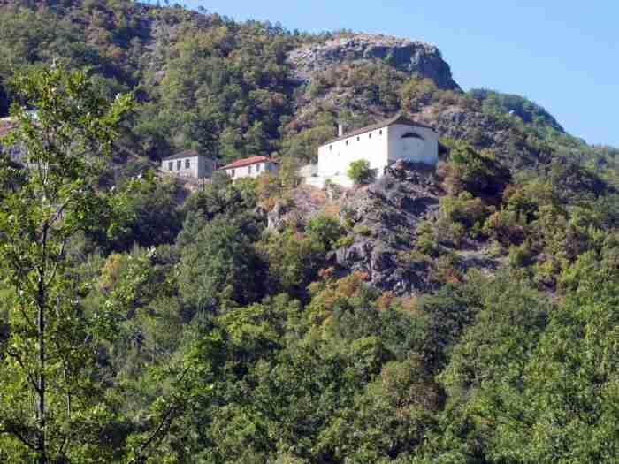 Ο ναός της ζωγραφικής: Το άγνωστο μικρό χωριουδάκι της Ελλάδας όπου γεννήθηκαν 65 λαϊκοί ζωγράφοι