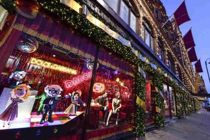 Harrods: Οι Dolce & Gabbana στόλισαν τις βιτρίνες του για τα Χριστούγεννα,δημιουργώντας ένα παραμυθένιο σκηνικό