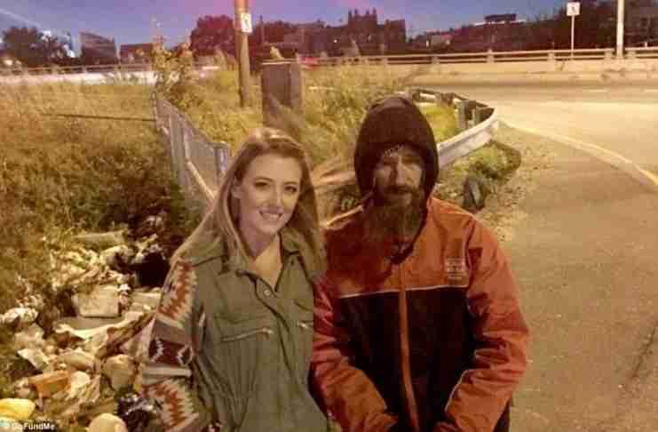 Αστεγος έδωσε τα τελευταία του λεφτά σε μια κοπέλα για να βάλει βενζίνη - Εκείνη συγκέντρωσε 130.000 $ για χάρη του