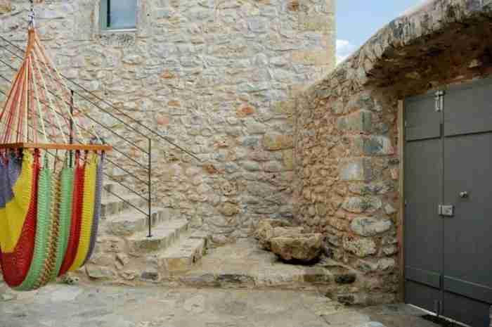 Πως ένα εγκαταλελειμμένο μοναστήρι μετατράπηκε σε υπέροχη κατοικία στην Μάνη