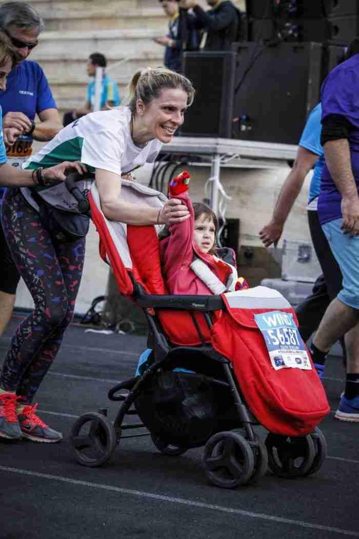 Η υπέροχη στιγμή που Aθλητές ΑΜΕΑ τερματίζουν με ενωμένες γροθιές στο Μαραθώνιο της Αθήνας