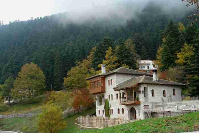 """Ο μυστικός παράδεισος της Θεσσαλίας: Δυο """"δίδυμα"""" χωριά κρυμμένα μέσα σε ένα από τα μεγαλύτερα ελατοδάση της χώρας"""