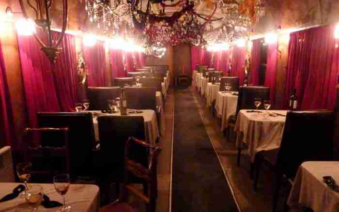 Το μοναδικό στον κόσμο εστιατόριο και θέατρο μέσα σε τρένο βρίσκεται στην Αθήνα