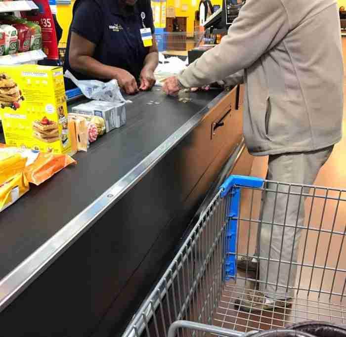 Ηλικιωμένος καθυστερούσε τη σειρά στο ταμείο μετρώντας κέρματα. Η αντίδραση του ταμία έγινε viral