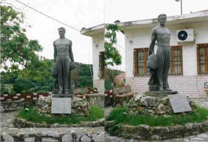 """Το ελληνικό """"χωριό των αγαλμάτων"""": Ένας μικρός οικισμός 150 κατοίκων γεμάτος υπέροχα γλυπτά"""