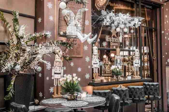 Το μαγαζί που έχει πάντα Χριστούγεννα ξαναστόλισε. Και φέτος έκανε την χρωματική έκπληξη