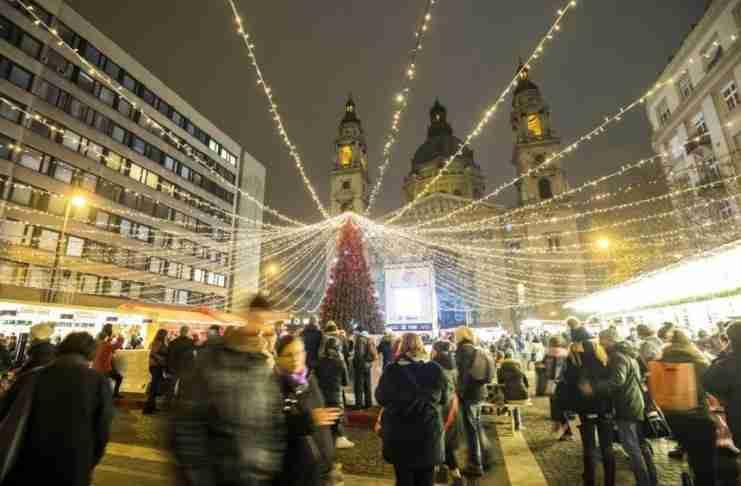 Επισήμως Χριστούγεννα: Φωτογραφίες από το Παρίσι, το Λονδίνο και πολλές ακόμη υπέροχα στολισμένες πόλεις