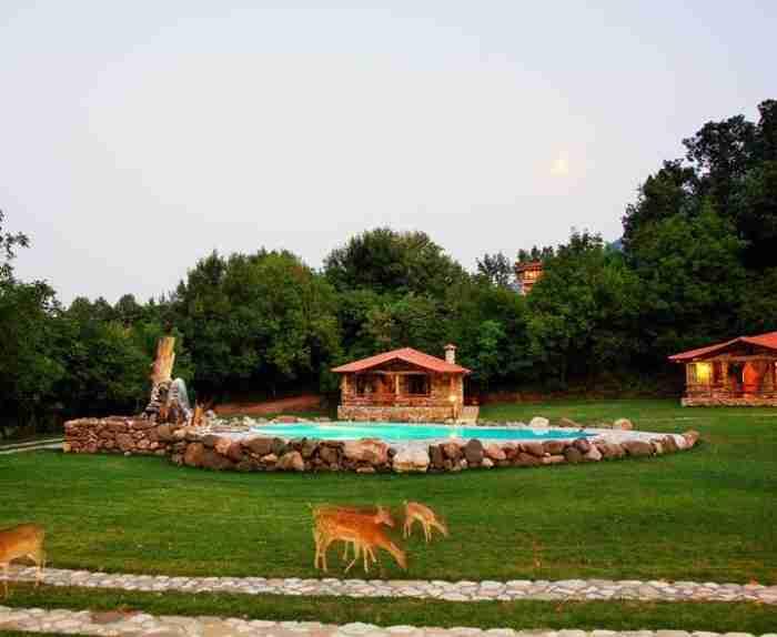 Μηχανικός αυτοκινήτων έφτιαξε το χωριό των Φλίνστοουνς στην Καρδίτσα και οι τουρίστες κάνουν ουρά