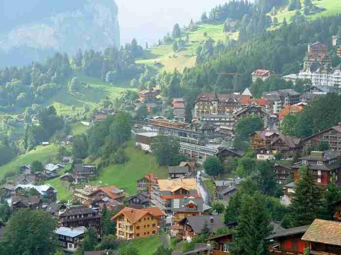 Στο πιο όμορφο χωριό της Ευρώπης δεν υπάρχουν αυτοκίνητα. Μπορείς να πας μόνο με τρένο ή.. τελεφερίκ
