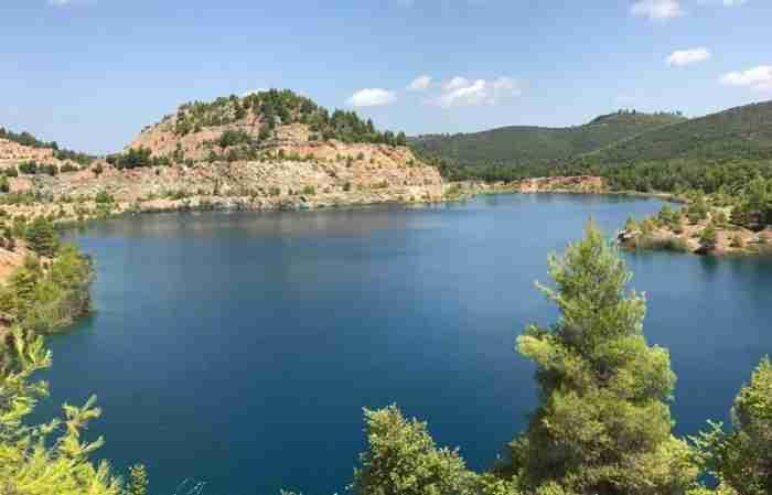 Τα ορυχεία που μεταμορφώθηκαν σε.. 12 παραμυθένιες αλπικές λίμνες στην Εύβοια