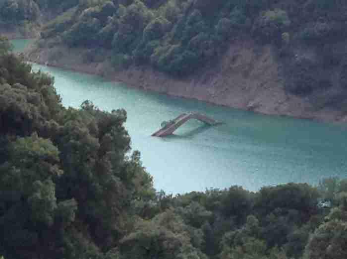 Υπάρχει ένα θαυμαστό γεφύρι στην Ελλάδα που ανάλογα με την εποχή.. εμφανίζεται και εξαφανίζεται