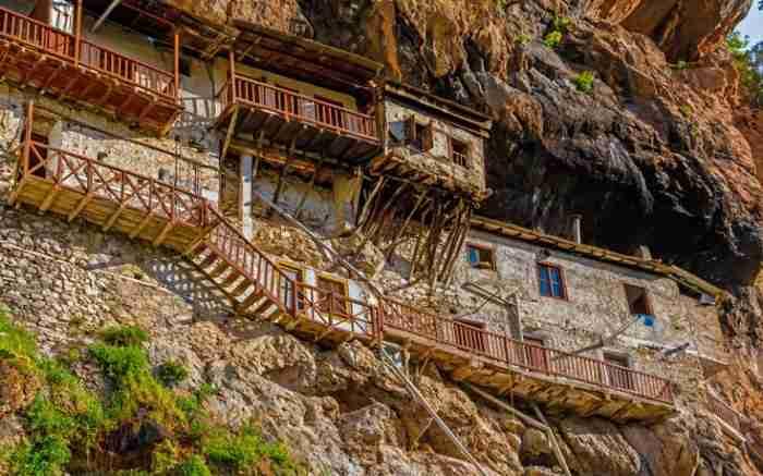 Οι αντικριστές Μονές πάνω από το φαράγγι του Λούσιου. Εκπληκτικό τοπίο και επιβλητική ατμόσφαιρα