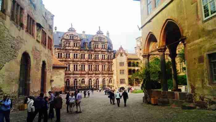 Η παραμυθένια Χαϊδελβέργη με τα μεσαιωνικά σοκάκια,τα αναγεννησιακά κάστρα και τις μπαρόκ γέφυρες