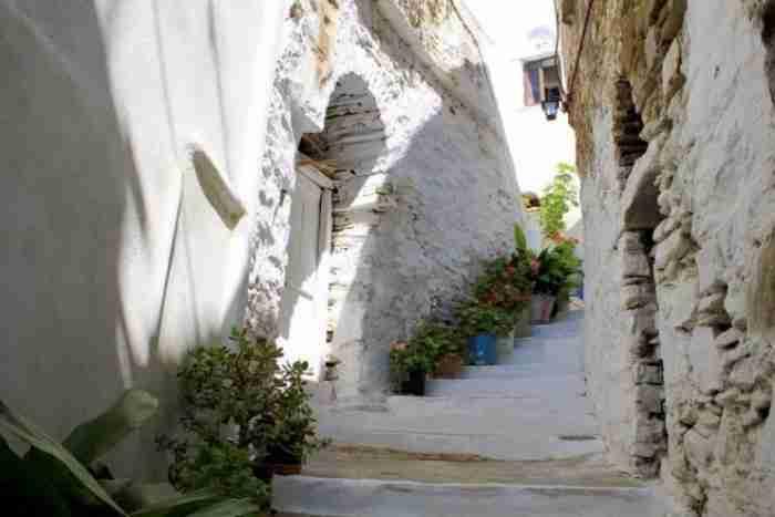 Το κατάλευκο ελληνικό χωριό που το λένε.. Αγάπη. Σαν πίνακας ζωγραφικής