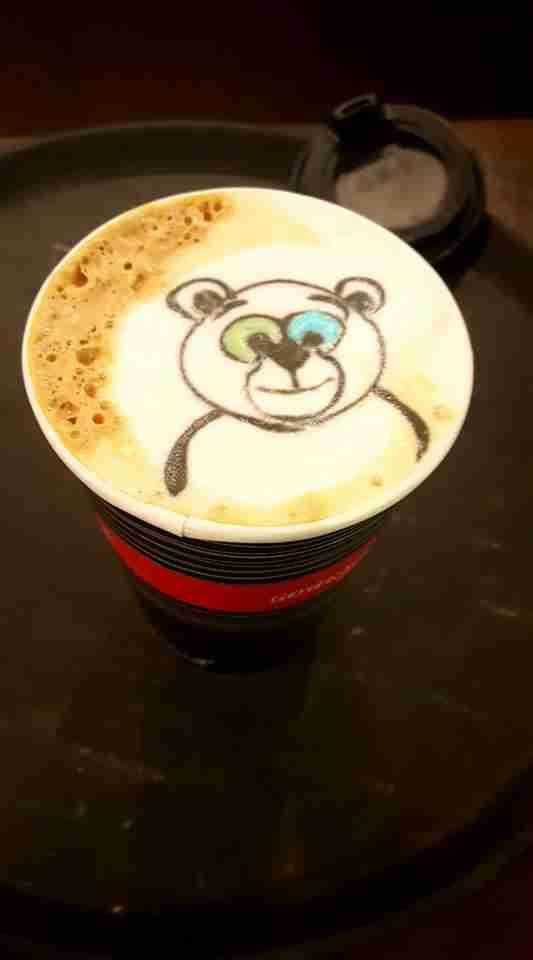 """Selfieccino"": Στην Θεσσαλονίκη σερβίρουν καφέ με φωτογραφία του πελάτη στο αφρόγαλα"