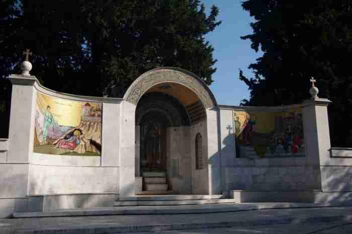 Η «Μικρή Ιερουσαλήμ» της Ελλάδας: Η πολύχρωμη πόλη με τους 72 βυζαντινούς ναούς και τη μυστηριακή γοητεία