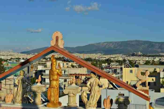 Μα το Δία: Οι 12 θεοί κατοικούν σε δύο.. πολυκατοικίες στο Αιγάλεω
