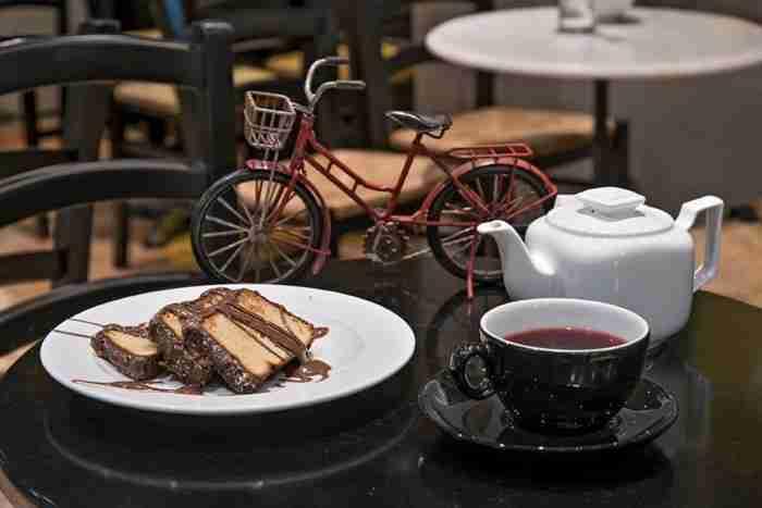 Σερμπετόσπιτο: Ο παράδεισος των γλυκών βρίσκεται στου Ψυρρή - Ουρές για τη σοκολάτα της αγάπης
