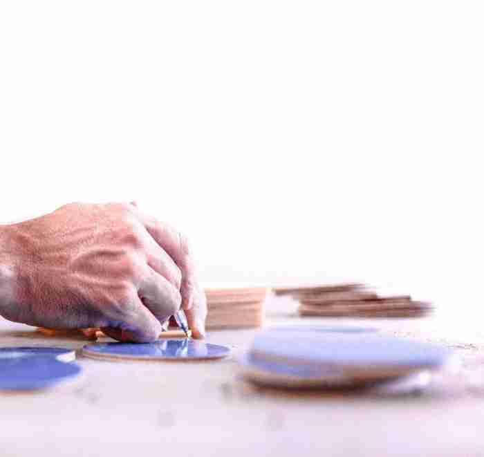 Τα ελληνικά σανδάλια με την μπλε σόλα σήμα-κατατεθέν που σαρώνουν στο εξωτερικό