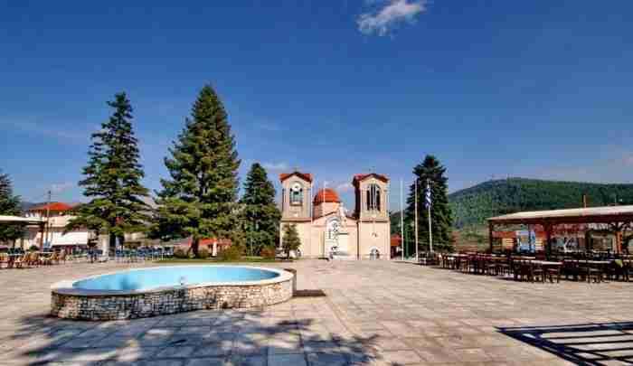 Στο κέντρο της Πελοποννήσου, κρυμμένο μέσα σε ένα μαγευτικό ελατόδασος, βρίσκεται ένα χωριό αποκάλυψη