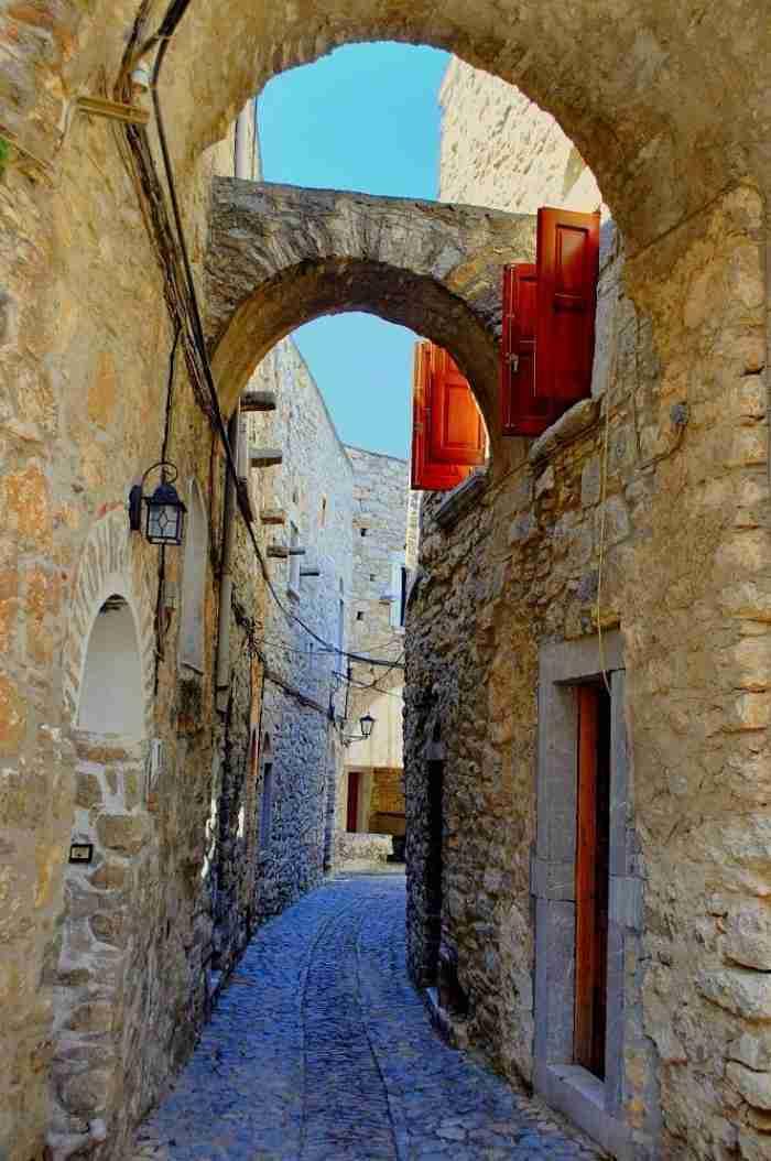 Το πιο καλοδιατηρημένο μεσαιωνικό χωριό της Ελλάδας είναι ένας λαβύρινθος που κατοικείται