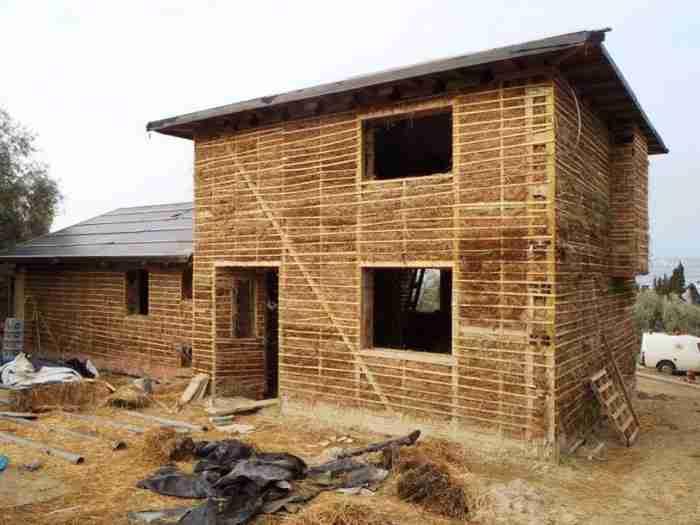 Δύο οικονομολόγοι από τη Λάρισα παράτησαν τη δουλειά τους και φτιάχνουν πήλινα σπίτια από 1.500 ευρώ