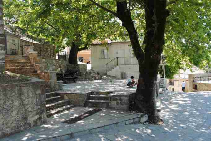 """Καλέντζι: Το χωριό που """"αγκαλιάζεται"""" από τα έλατα και από την σκιά του βουνού"""