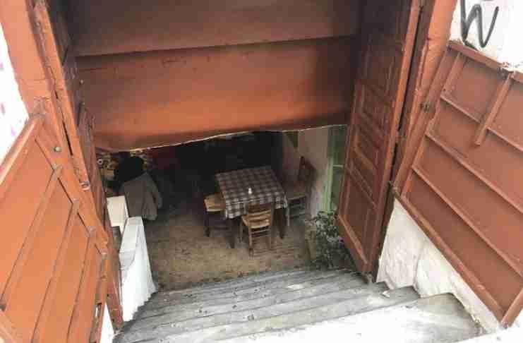 Η ιστορική, υπόγεια ταβέρνα σε εγκαταλελειμμένο σπίτι της Αθήνας που αποθεώνει ο πλανήτης